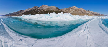 Água azul do panorama de montes do Lago Baikal Imagem de Stock