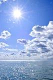 Água azul e fundo ensolarado do céu imagens de stock