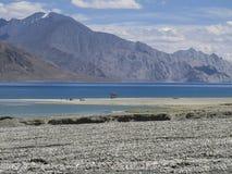Água azul e montanhas Foto de Stock