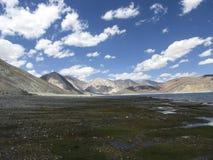 Água azul e montanhas Fotografia de Stock Royalty Free