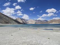 Água azul e montanhas Imagens de Stock