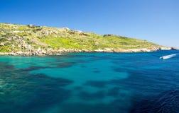 Água azul e navigação do barco de motor perto da cidade Mgarr, ilha de Gozo fotos de stock royalty free