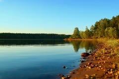 Água azul em um lago da floresta com reflexão foto de stock