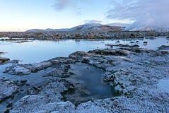 A água azul entre as pedras da lava perto de Reykjavik no inverno, imagem de stock royalty free