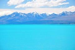 Água azul leitosa do lago Pukaki, Nova Zelândia Fotos de Stock