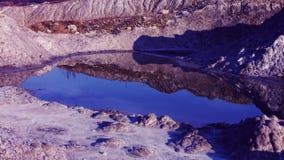 Água azul na cratera vermelha Tiro fantástico com vídeos de arquivo