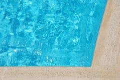 Água azul na piscina imagens de stock