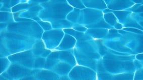 Água azul na piscina