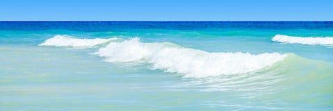 Água azul ondulada do oceano fotografia de stock