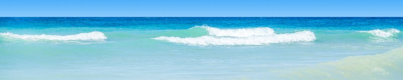 Água azul ondulada do oceano imagens de stock