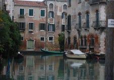 Água, barcos e casas em Veneza Fotos de Stock Royalty Free