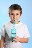Água bebendo da criança foto de stock royalty free