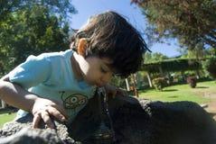 Água bebendo da criança fotografia de stock
