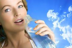 Água bebendo da menina bonita Fotos de Stock