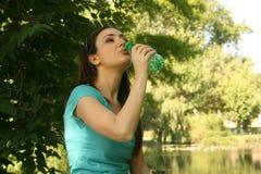 Água bebendo da mulher ao ar livre Fotografia de Stock Royalty Free