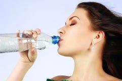 Água bebendo da mulher bonita Foto de Stock Royalty Free