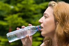 Água bebendo da mulher bonita imagens de stock royalty free