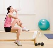 Água bebendo da mulher e descanso no banco Imagem de Stock Royalty Free
