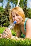 Água bebendo da mulher no glade do verão fotos de stock