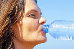Água bebendo da mulher sedento Fotografia de Stock Royalty Free