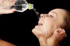 Água bebendo da rapariga de um frasco fotos de stock