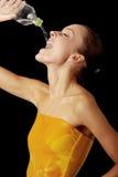 Água bebendo da rapariga de um frasco fotos de stock royalty free