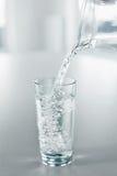 Água bebendo Derrame a água do jarro em um vidro Saúde, Di Foto de Stock