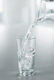 Água bebendo Derrame a água do jarro em um vidro Saúde, Di Imagens de Stock