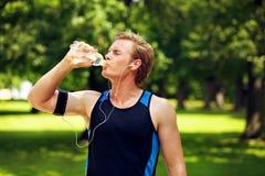 Água bebendo do atleta sedento Fotos de Stock