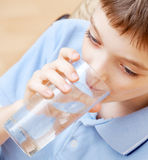 Água bebendo do menino foto de stock