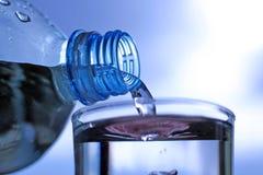 Água bebendo fresca de derramamento Fotografia de Stock