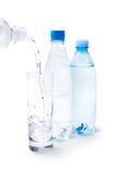 Água bebendo no vidro e nos frascos imagens de stock