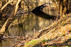 Água bonita sob a ponte velha foto de stock royalty free