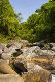 A água cai entre rochas no dia ensolarado - Serra da Canastra Natio Imagens de Stock Royalty Free