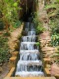 A água cai para baixo as etapas de pedra Imagem de Stock