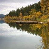 A água calma de um lago. imagem de stock