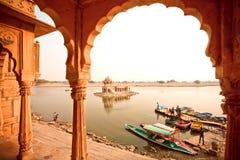 Água calma e muitos riverboats para viagens do rio Fotografia de Stock