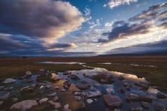 Água calma nos pantanais que refletem o por do sol colorido fotos de stock