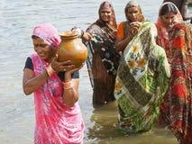 Água carreg da mulher indiana em um potenciômetro foto de stock