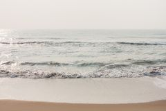 Água cintilando na praia imagem de stock royalty free