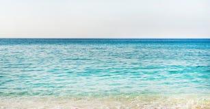 Água clara do mar Mediterrâneo na praia de Cleopatra, Alanya, Turquia Foto de Stock