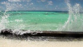 Água clara do oceano dos azuis celestes no fundo do litoral e das nuvens brancas filme