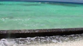 Água clara do oceano dos azuis celestes no fundo do litoral e das nuvens brancas vídeos de arquivo