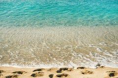 A água clara e as pegadas em Cleopatra encalham, Alanya, Turquia Foto de Stock Royalty Free