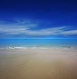 Água clara na praia com céu azul fotografia de stock royalty free