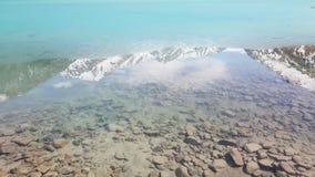 Água clara no lago grande de almaty em kazachstan fotografia de stock