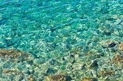 Água claro direta visível rochosa de turquesa do assoalho de mar do Mar Egeu em Sithonia Imagens de Stock