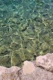 Água claro na praia Senj, Croácia Imagens de Stock Royalty Free