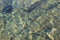 Água claro na praia Senj, Croácia, Europa Fotos de Stock
