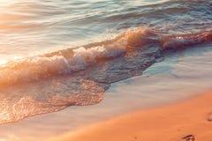 Água claro que espirra na linha costeira Imagens de Stock